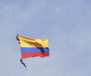 ทหารอากาศโคลอมเบียตกจากธงเฮลิคอปเตอร์ระหว่างโชว์