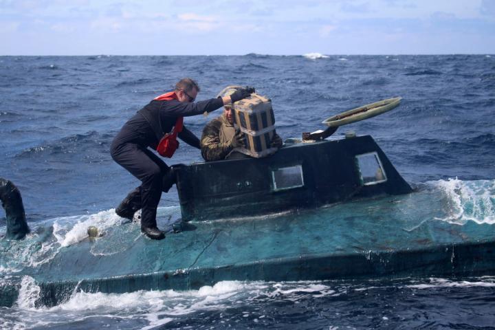 หมดสภาพ พ่อค้ายาเรือล่ม ลอยคอกลางทะเลใช้ห่อโคเคนหนัก 1.2 ตันพยุงชีพ